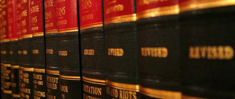 Rechtsboeken in een kast